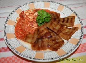 Жаренные баклажаны на сковородке-гриль в помидорном соусе