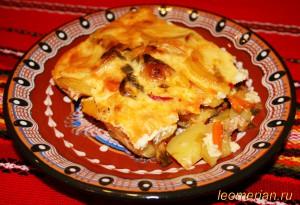 Запеканка с луком пореем овощами и беконом по-болгарски