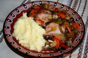 Запеченные свиные ребра с овощами в глиняном горшке по-болгарски