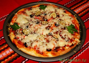 Пицца с мясом индейки и беконом