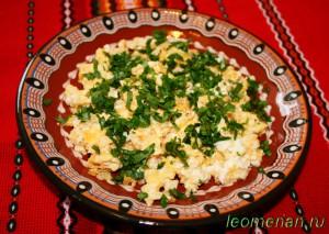 Жареные яйца с брынзой