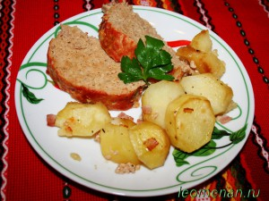 Рулет из фарша, запеченный с картошкой и беконом