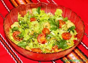 Зеленый салат с помидорами черри и кунжутом