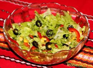 Зеленый салат с кукурузой, болгарским перцом и маслинами