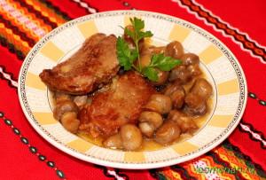 Запеченная говядина с грибами и подливой по-болгарски