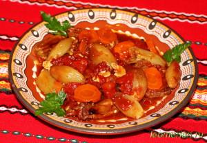Свиной окорок с луком шалотом под винным соусом
