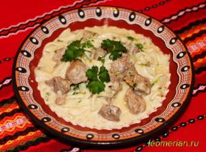Индейка с макаронами под сливочным соусом