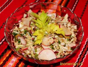 Салат из китайской капусты с редиской и оливками